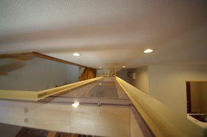 キャットウォークの近景。天井から30センチぐらい下に配置されている。