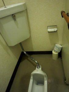 リフォーム前は女子トイレも和式となっていた。
