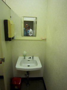 リフォーム前の女子トイレの洗面台の様子。