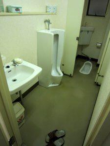 リフォーム前の男子トイレは綺麗に使用されているものの、老朽化が進んでいた。