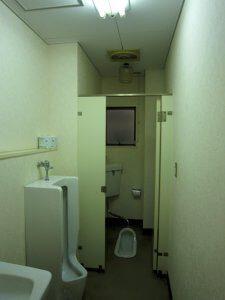 男子トイレの大便器は個室となっている。また、和式トイレ。