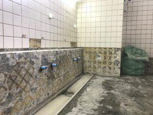 洗い場のタイルも全て剥がした。
