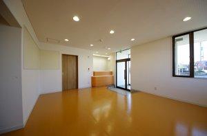 改装後の受付と玄関、待合室を中から見た様子。上品な落ち着いた空間となった。