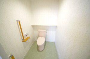 トイレの様子。ごくごくシンプルだが、和式から洋式に変わっている。