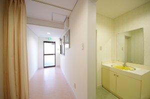 改装後は、白い壁紙によりクリニックらしい清潔な空間となった。