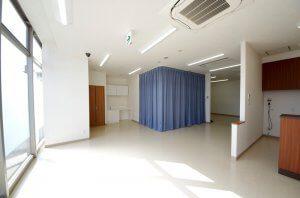受付と待合室の様子。日の光が入り、とても気持ちの良い空間となっている。