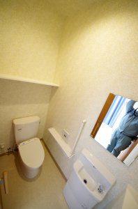 トイレの様子。最低限の機能は備えながら、手すりなど高齢者に配慮した造りとなっている。