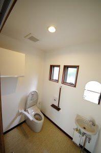 トイレの様子。タンクレストイレとなっており、高齢者用の手すりも完備している。
