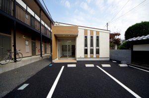新築後した薬局の外観。前方が駐車場となっており、小規模ながら品のある外観となっている。