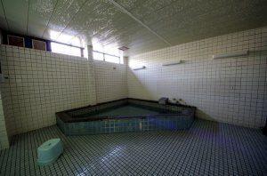 リフォーム前の大浴場。浴槽のタイルが老朽化している。