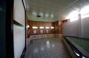 リフォーム後の大浴場の全景。シックな壁が目を惹く。