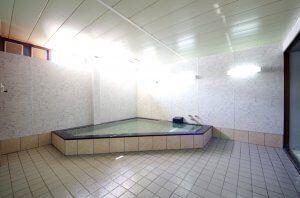 浴槽は、タイルが綺麗になり、気持ちよく入浴を楽しめるようになっている。