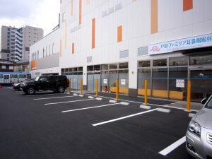 埼玉県戸田市にあるスポーツクラブの外観。クリニックが1階のスペースに入居する。