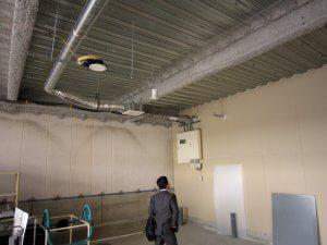 新装前の様子。全ての配管・壁がむき出しとなっている。