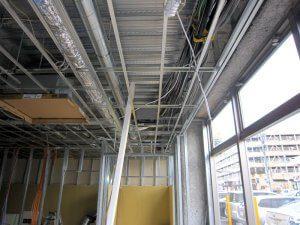 新たに、天井や壁のパネルを張るための枠組みを作っている。