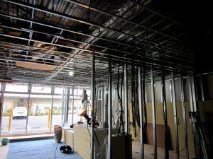 壁や天井の枠組みがほぼ出来上がった様子。これから、パネルを設置する。