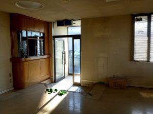 改装前の玄関と受付の様子。元々クリニックであったが、老朽化が目立つ。