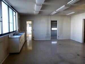 改装前は、床・壁・天井ともに黒ずんだ汚れが目立っている。