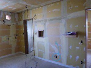 改装中の様子。天井・壁、床、全てを剥がし、張り直している。