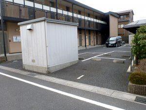 工事前の敷地は駐車場となっており、物置が置かれていた。