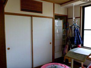 マンション・リフォーム前の部屋の様子。床はフローリングだが、押入れとエアコンは和室のままである。