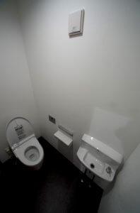 トイレの様子。汚れが目立たないように床は黒としており、トイレと言えどもスタイリッシュである。