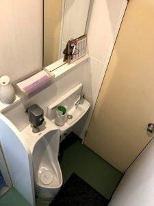 元々洗面台だったところに小便器と小型の洗面台を設置