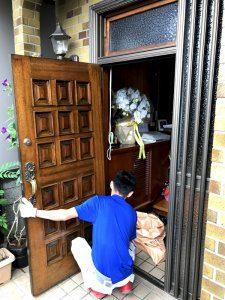 ドアを取り外している様子