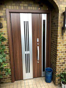 交換後のドア。鍵が2つ付いておりより防犯性に優れている。中央にも通気用の窓がある。また、鍵についてはリモコンで操作が可能となっている。