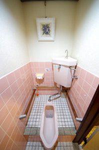 リフォーム前の和式トイレ。綺麗に掃除されているが、高齢のお客様にとっては用が足しにくい。