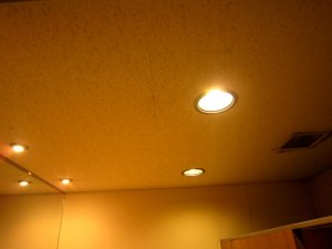 リフォーム前の照明は白熱電球と同じようにオレンジ色で非常に暗かった。