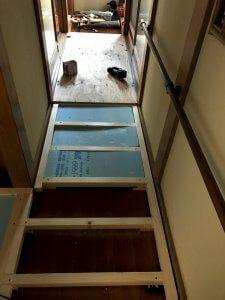 段差の解消と断熱のために床を改修します。