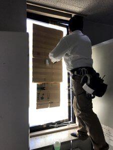 外気が入らないように割れた窓ガラスがダンボールで塞がれている。