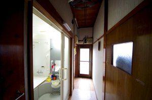 廊下にお風呂が面しており、脱衣場がありません。