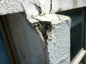 コンクリートに亀裂が入っており、角が欠けている