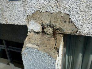 完全に塗装から剥がれて、コンクリートを侵食している