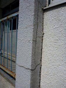 コンクリート表面の塗装が剥がれていない部分でも亀裂が入っており、いつ剥落するかがわからないような状態