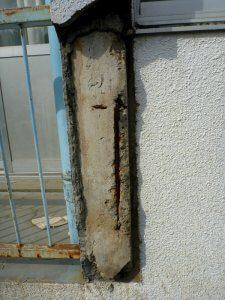 柱のコンクリートが完全に剥落してしまっている。