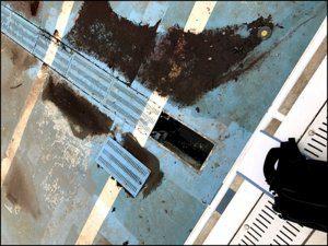 修繕前のプールの様子。所々塗装が剥がれてコンクリートがむき出しになっています。