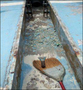 プールの側溝。塗装が剥がれて下地が露出している