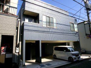 新築した賃貸アパート外観。一階が駐車場となっている。