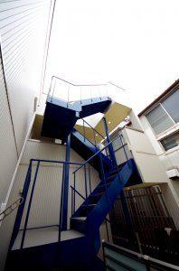 外側に付けられた階段