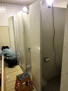 トイレブース建具(扉)を交換している
