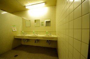 洗面台の前に鏡が設置されている形であり、女子トイレの大きな鏡と異なっている