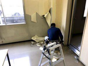 壁紙と床を剥がします