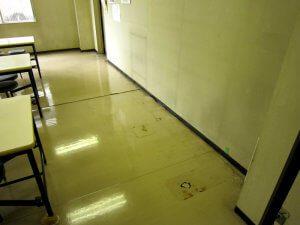 食堂の壁際の床が波打っている