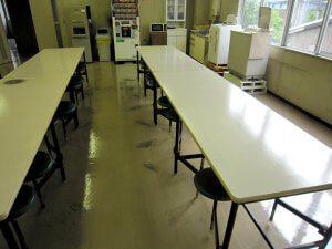 ミーティングルームでは椅子による床の擦り傷が目立ちます