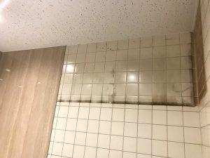 上部の棚を取り外した跡。汚れが付着している。