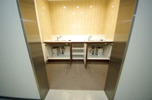 シンクの下のスペースには給湯器が設置されている。勿論、掃除用具などを置くこともできる。