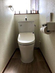 リフォーム後のトイレ。壁、床、便器全てを交換しており、清潔感のあるトイレとなった。
